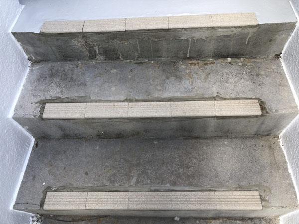 沖縄県八重瀬町T様・階段のすべり止めタイル張り替え完了。