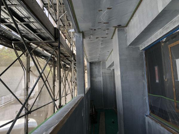 沖縄県那覇市T様のシーラー接着剤下塗り後、ビニール逆養生・サッシ廻り捨てテープ貼り。