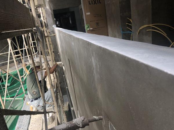 沖縄県那覇市T様の廊下手摺り外側、シーラー接着剤下塗り。