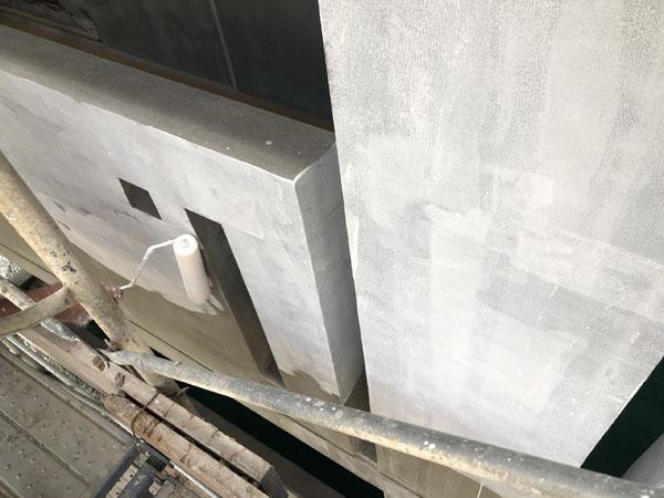 沖縄県那覇市T様のシーラー接着剤下塗り中。