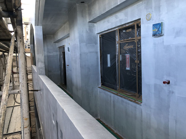 沖縄県那覇市T様のシーラー接着剤下塗り。