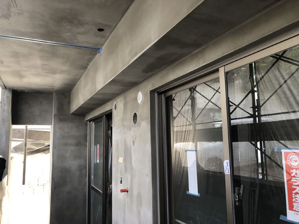 沖縄県那覇市T様の外壁左官工事も完了、塗装工程入り。