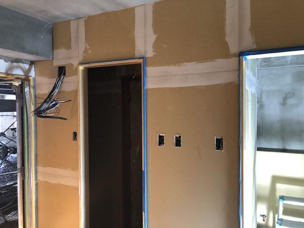 沖縄県那覇市T様の大工工事が完了した部屋から内部塗装工事入り。