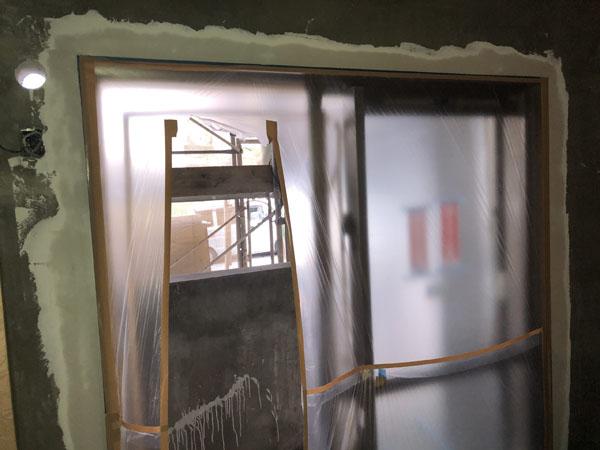 沖縄県那覇市T様の内部壁サッシ廻りもカンデンサー貼り、パテ処理。