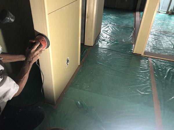 沖縄県那覇市T様のA棟1階内部、木・パテ仕上げ部研磨。