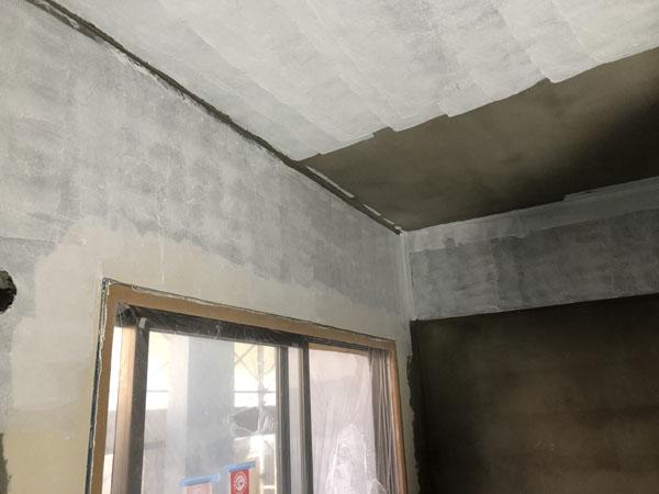 沖縄県那覇市T様のA棟1階内部シーラー接着剤下塗り。