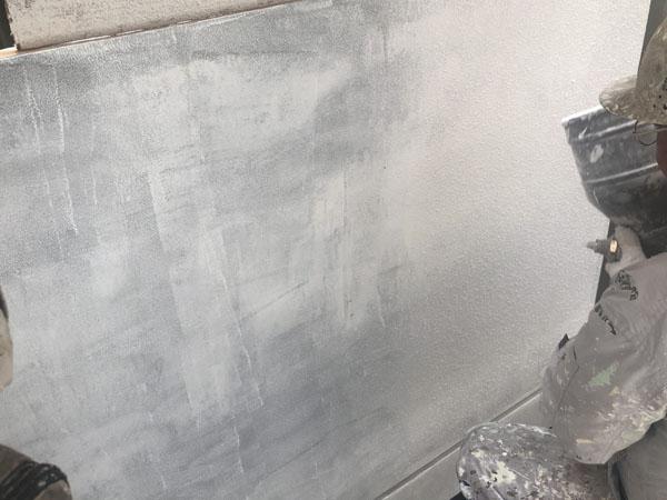 沖縄県那覇市T様の外壁ラフトンタイル玉模様吹付け中!