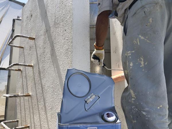 沖縄県中城村T様のシーラー接着材下塗り。