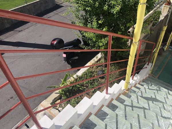 沖縄県中城村T様の外階段手摺り・アクセントで赤茶系塗装。