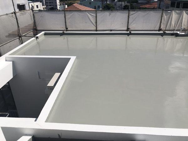沖縄県中城村T様の屋上プライマー接着剤下塗り後、ウレタン塗膜防水一回目・二回目塗布。