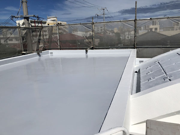 沖縄県中城村T様の屋上遮熱保護材仕上げ塗り完了。