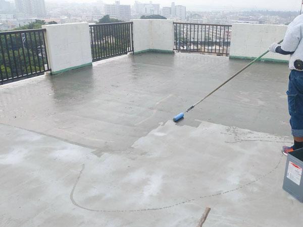 沖縄県沖縄市M様の下地調整後、プライマー接着剤下塗り。
