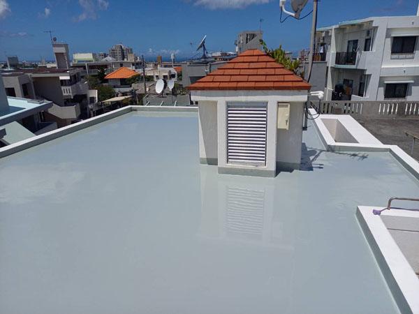 沖縄県浦添市M様のウレタン塗膜防水1回目塗布。