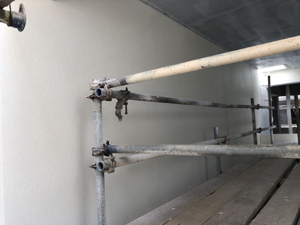 沖縄県那覇市T様のA棟階段廻り塗装中塗り。