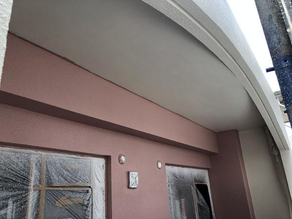 沖縄県那覇市T様のA棟2階ベランダ面の軒裏中塗り。