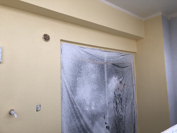 沖縄県那覇市T様のB棟ベランダ面のポイント色中塗り。