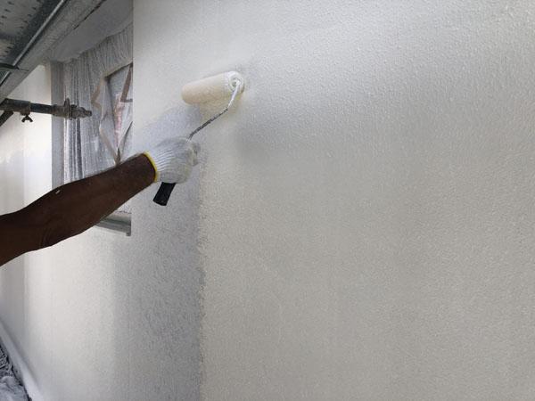 沖縄県那覇市T様の外壁側面、塗装中塗り。