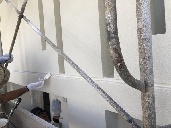 沖縄県那覇市T様のA棟ベランダ面の塗装中塗り、だめこみ。