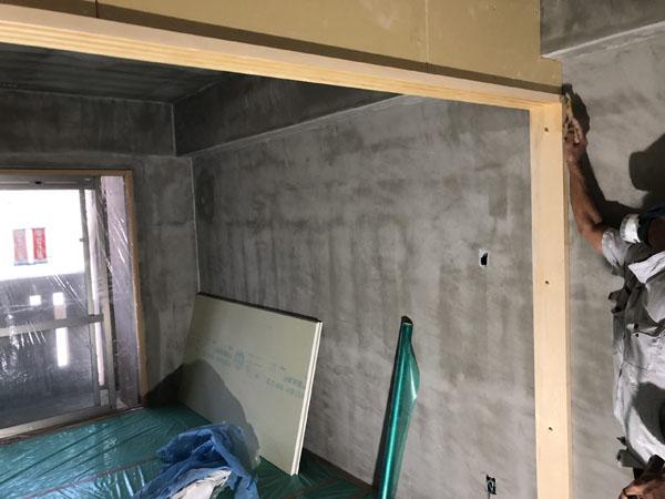 沖縄県那覇市T様のB棟2階内部の木部研磨・シーラー塗布。