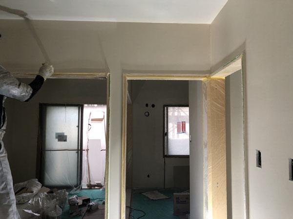 沖縄県那覇市T様のA棟1階の内部塗装上塗り。