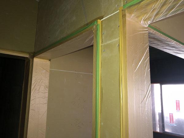 沖縄県那覇市T様のB棟2階内部、木部シーラー塗布後ビニール養生。