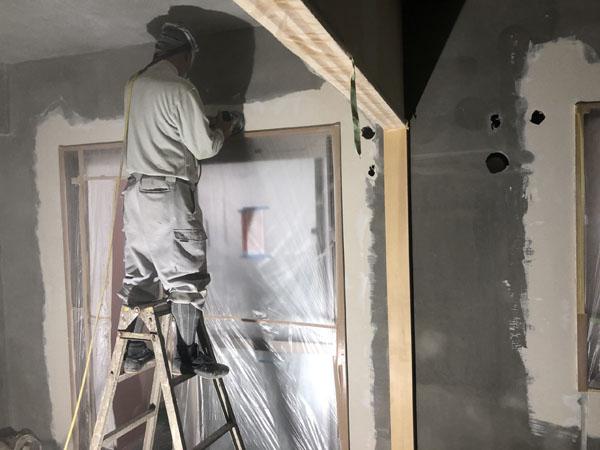 沖縄県那覇市T様のA棟2階の内部パテ仕上げ完了後に研磨。
