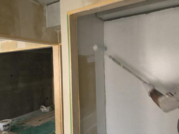 沖縄県那覇市T様のA棟2階の内部シーラー接着剤下塗り。