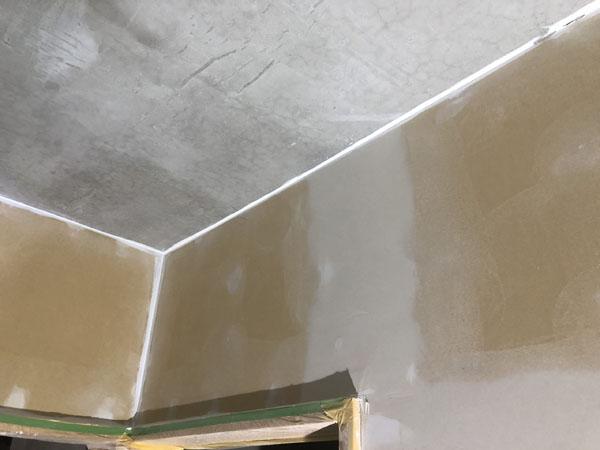 沖縄県那覇市T様のコンクリート・ボード壁の隙間は、コーキング充填。