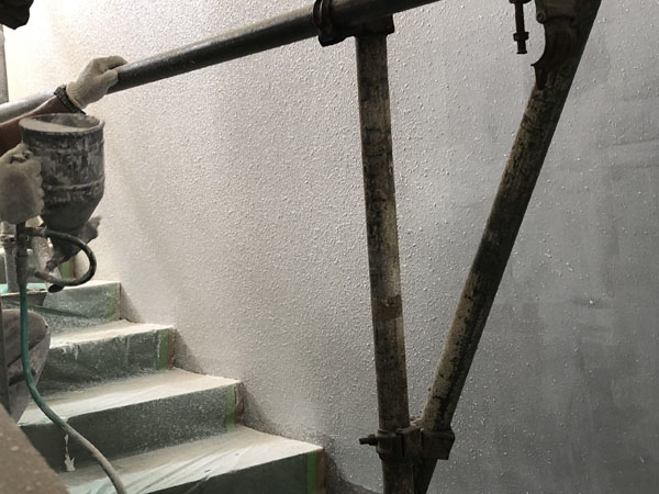 沖縄県那覇市T様の階段廻り、ラフトンタイル玉模様吹付け。