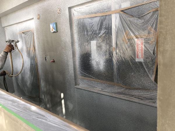 沖縄県那覇市T様のシーラー接着剤塗布後、ラフトンタイル玉模様吹付け。