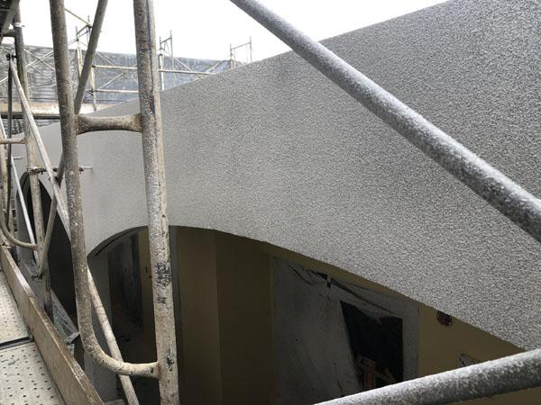 沖縄県那覇市T様のB棟のラフトンタイル玉模様吹付け中。