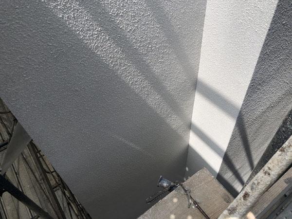 沖縄県那覇市T様のベランダ面ラフトンタイル玉模様吹付け中。
