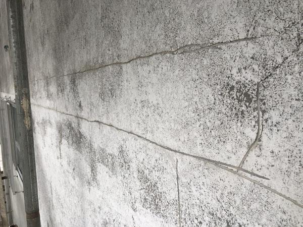 沖縄県浦添市Gアパート様のひび割れカット。