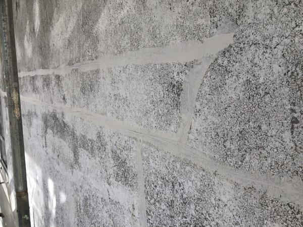 沖縄県浦添市Gアパート様の側面ひび割れカット、プライマー塗布、弾性パテ充填。