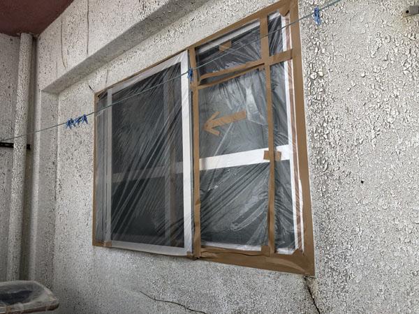 沖縄県浦添市Gアパート様の窓、土間のビニール養生中。