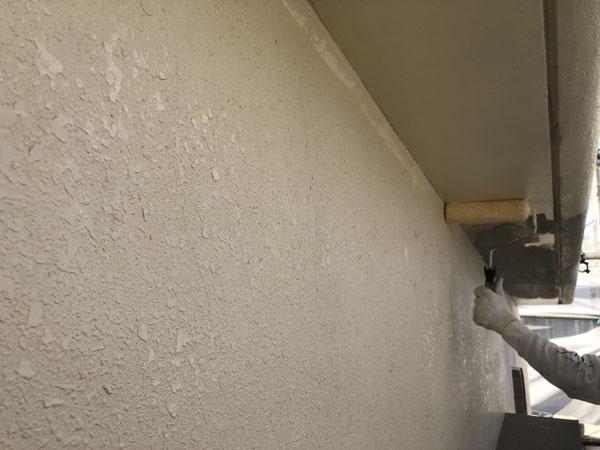 沖縄県八重瀬町N邸の手塗りで中塗り