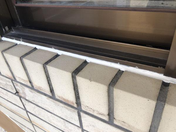 沖縄県八重瀬町N邸のサッシ廻り・ガラスブロック等のコーキング増打ち、打ち替え。
