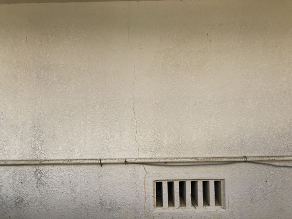 沖縄県八重瀬町N邸のひび割れカット、プライマー接着剤塗布・弾性パテ充填。