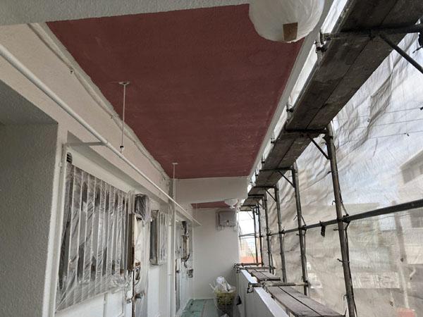 沖縄県浦添市Gアパート様の軒裏・中塗り