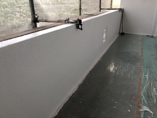 沖縄県浦添市Gアパート様廊下面の上塗り塗装完了・だめこみ塗り