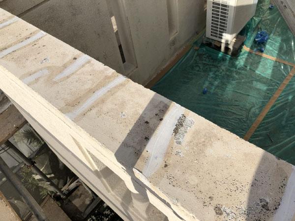 沖縄県宜野湾市S邸ひび割れカット後、接着剤塗布・弾性パテ充填。