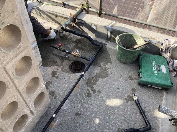 沖縄県宜野湾市S邸の屋上水タンク撤去及び、配管取替え。