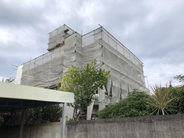 沖縄県那覇市K邸の足場組立・養生ネット・ホワイトシート張り完了