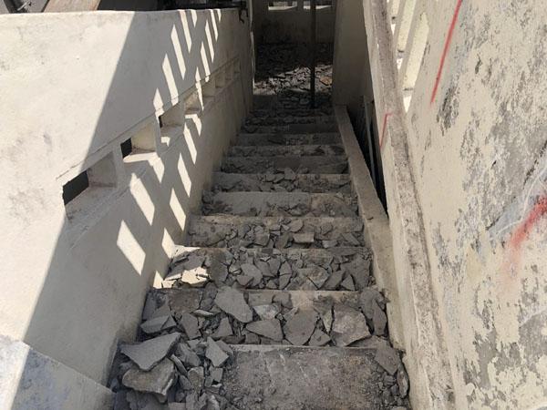 沖縄県宜野湾市M邸の外階段、モルタル剥離部ハツリ。