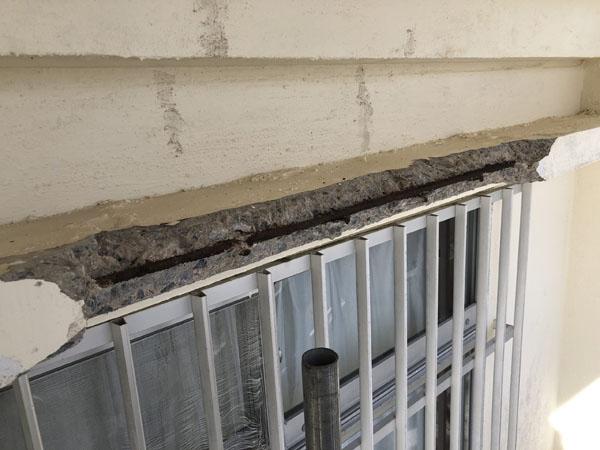 沖縄県宜野湾市M邸の庇、コンクリート爆裂部ハツリ。