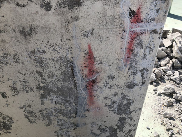 沖縄県宜野湾市M邸の壁面ひび割れ、カット・プライマー接着剤塗布・コーキング充填。