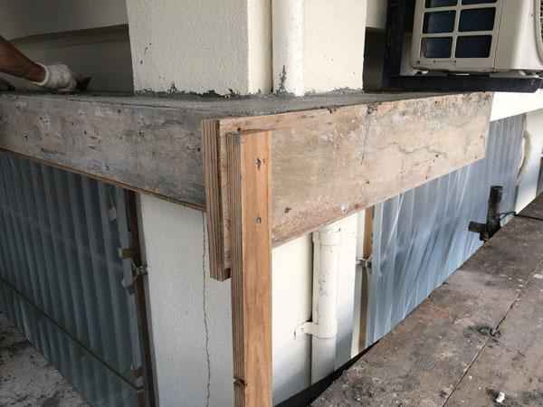 沖縄県宜野湾市M邸の庇仮枠組み。コンクリート流し込み。