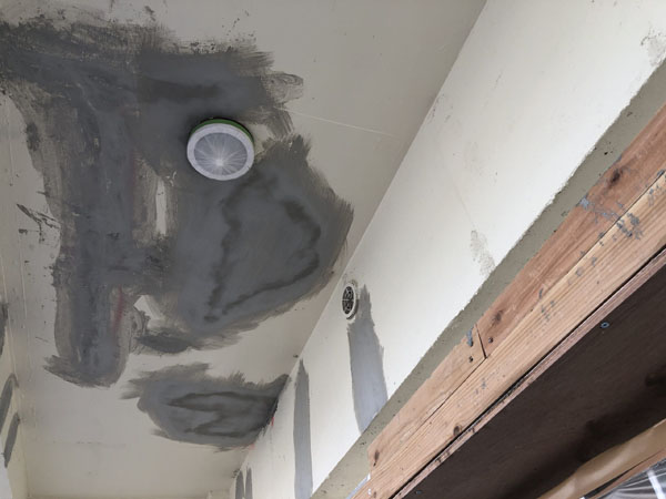 沖縄県宜野湾市M邸のコンクリート剥離部、モルタル埋め戻し・仕上げ左官。