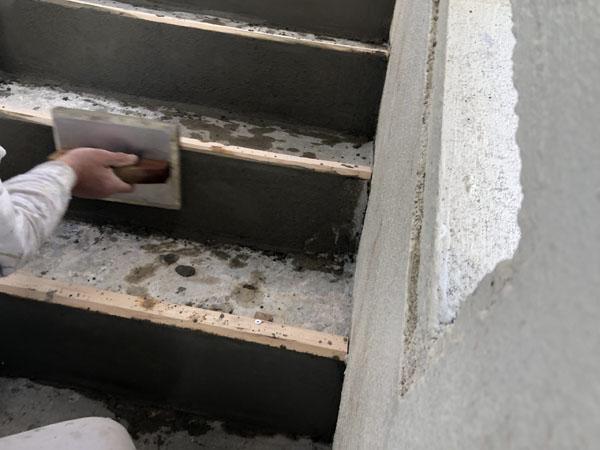 沖縄県宜野湾市M邸の階段、モルタル左官調整。