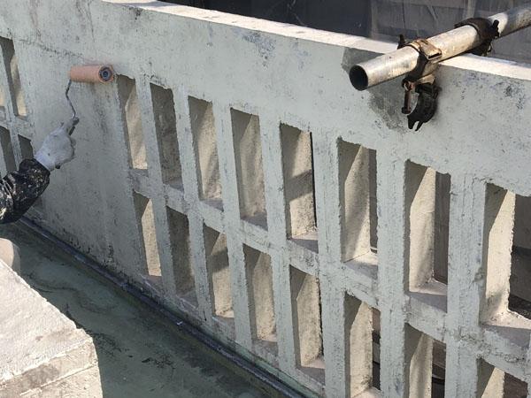 沖縄県宜野湾市M邸の手塗りにてシーラー接着剤下塗り。